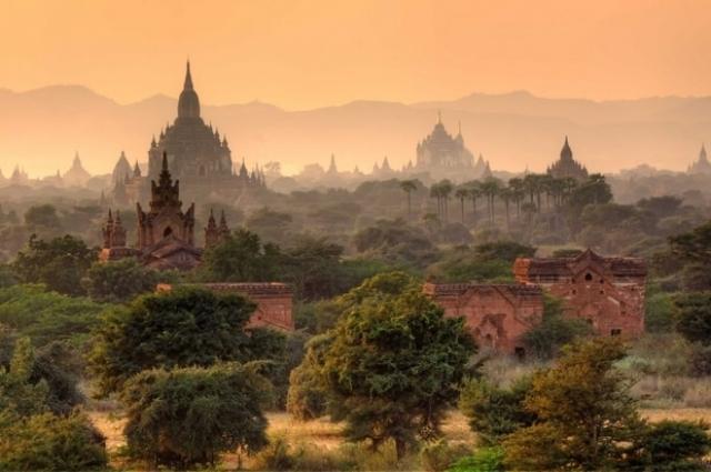 """6. Мьянма Мьянма (второе название — Бирма) — небольшое государство в Юго-Восточной Азии. Слово """"мьянма"""" переводится как """"быстрый"""", и это не случайно: в 2010 году государство посетили около 300 тысяч человек, а спустя три года — уже более 2 млн. Туризм в этой стране быстро развивается, но вы еще можете успеть покататься уединенно на лодке по озеру Инле и полюбоваться закатом, отражающимся в буддийской ступе пагоды Шведагон."""