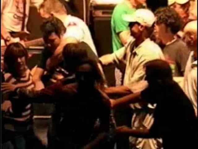 Концерт пришлось прекратить, а побоище в рядах зрителей, в результате которого многие пострадали и были доставлены в больницы, пришлось прекращать с помощью полиции.