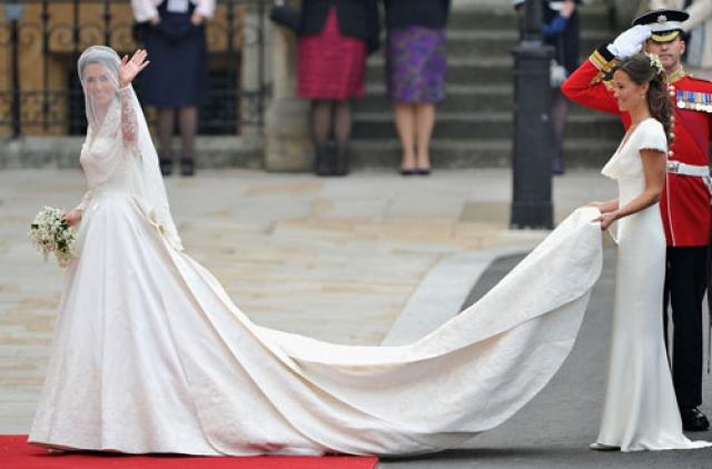 Принц Уильям перед свадьбой подарил невесте помолвочное кольцо с сапфиром, украшенное четырнадцатью бриллиантами. Ранее это украшение принадлежало принцессе Диане.