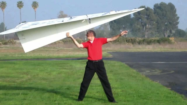 Длина самого большого радиоуправляемого бумажного самолетика составляет 3,6 м.