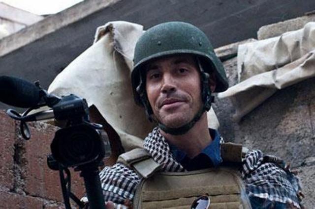 """Фоли, во время работы в качестве внештатного корреспондента """"France-Presse"""" был вместе с коллегой похищен боевиками 22 ноября 2012 года в ходе поездки в город Тафтаназ в мухафазе Идлиб в Сирии."""