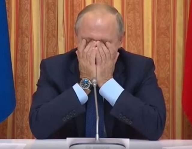 Жестом пользуются также известные политики. Например, один такой случай произошел, когда глава Минсельхоза Александр Ткачев ошибся с географией, чем вызвал смех президента России Владимира Путина.