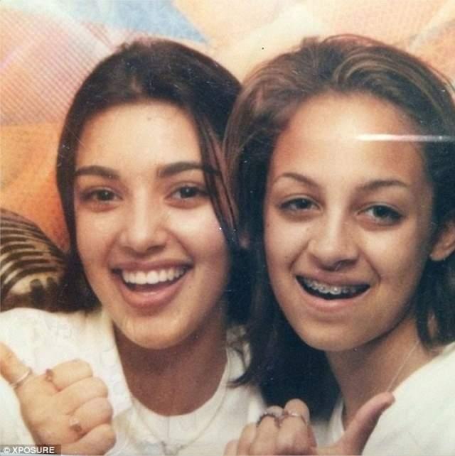 Ким Кардашьян и Николь Ричи , как дети знаменитых родителей, с детства встречались в телевизионном закулисье, где познакомились и подружились.