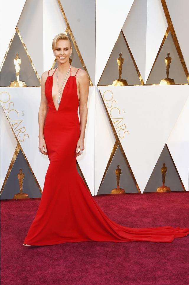 Актриса удивила всех нарядом алого цвета от Christian Dior.