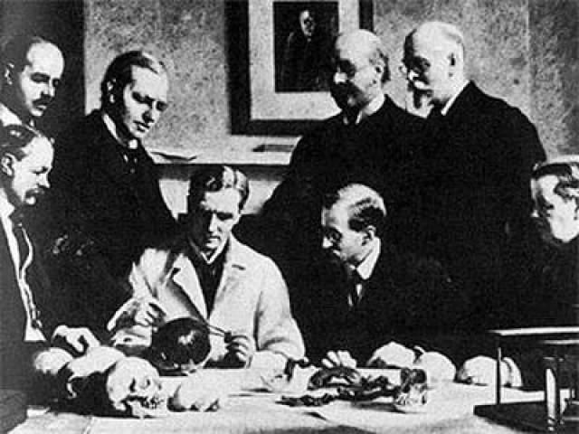 Пилтдаунский человек В 1912-13 годах английский археолог-самоучка Чарльз Доусон представил научному миру части черепа ранних гоминид, являвший собой недостающее звено между человеком и приматами, а также каменные орудия, якобы, найденные при раскопках в окрестностях поселка Пилтдаун. Находка стала одной из главных научных сенсаций века.