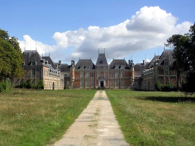 В 1966 году де Фюнес выкупает фамильный замок Мопасанов Клермон. До этого он был необитаем шесть лет. Замок обошелся Луи в 830 000 франков того времени (около 1 миллиона франков по современным данным).