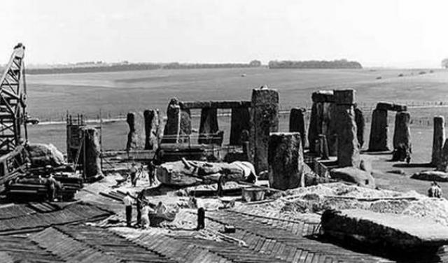 """Строительство Стоунхенджа в 50-х. В 2013 году общественность заговорила о том, что знаменитый памятник бронзового века Стоунхендж был построен между 1954 и 1958 годами. В качестве доказательств прилагалось множество фотографий """"строительства""""."""