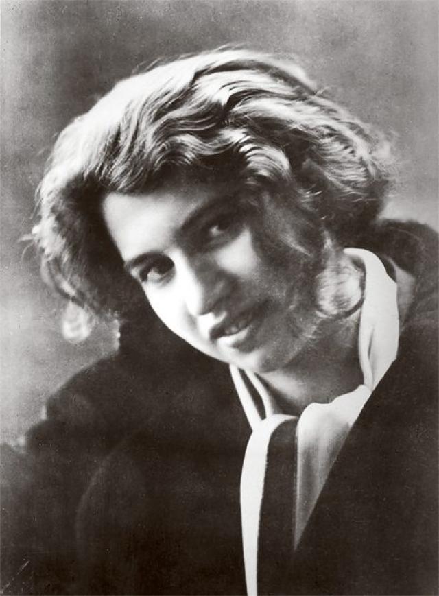 В начале 1920-х годов он имел любовные отношения с замужней чешской журналисткой, писательницей и переводчицей его произведений - Миленой Есенской, сожительствовал с девятнадцатилетней Дорой Диамант (на фото).