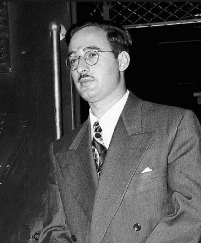 """В 1945 году, когда его скрытое членство в """"подрывной"""" организации было разоблачено ФБР, его уволили из армии. Оставшись без работы, Джулиус с помощью братьев жены Дэвида и Бернарда завел свой собственный бизнес."""