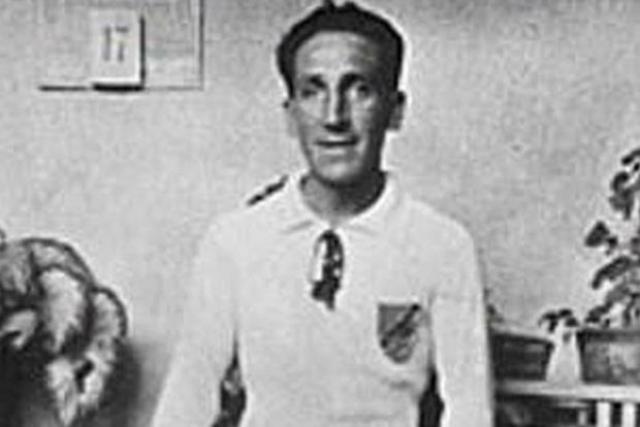 """Проводя одно из многочисленных турне по Европе, 3 мая 1927 года в Вальядолиде капитан """"Коло-Коло"""" нечаянно ударил Арельяно ногами в живот. Арельяно отвезли в местую больницу и поставили диагноз - перитонит, приведший его к смерти."""
