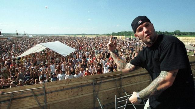 """На второй день фестиваля на сцене оказались Limp Bizkit . Когда заиграла их самая агрессивная песня """"Break Stuff"""" (ломая вещи), зрители восприняли ее буквально и начали отрывать от ограждений куски фанеры, на которых потом серфили над головами людей."""