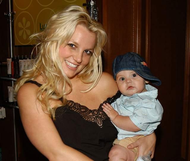 Бритни Спирс. После скандального развода бывший супруг певицы Кевин Федерлайн подал на нее в суд, заявив, что она не способна воспитывать их детей.
