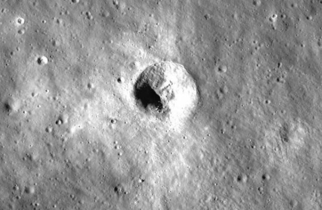 """16 января на YouTube появился ролик пользователя с ником WowForReeel, который изучал Луну с помощью сервиса Google Moon. На обратной стороне спутника около Моря Москвы при сильном приближении можно разглядеть странный """"объект"""" - семь точек, расположенных под прямым углом."""