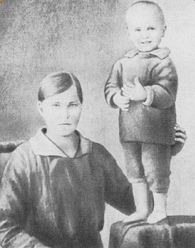 Василий Шукшин родился 25 июля 1929 года в селе Сростки Бийского района Алтайского края в крестьянской семье.