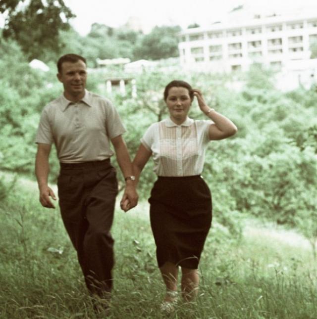Лишь в самом начале, после свадьбы, они проводили с мужем вместе довольно много времени, но когда Гагарин попал в космический отряд, все изменилось.
