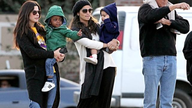 Сандра Буллок. В 2010 году актриса шокировала общественность усыновив трехмесячного чернокожего малыша сразу после развода с супругом. Тогда Сандра много фотографировалась с мальчиком, чтобы вдохновить других людей на усыновление.