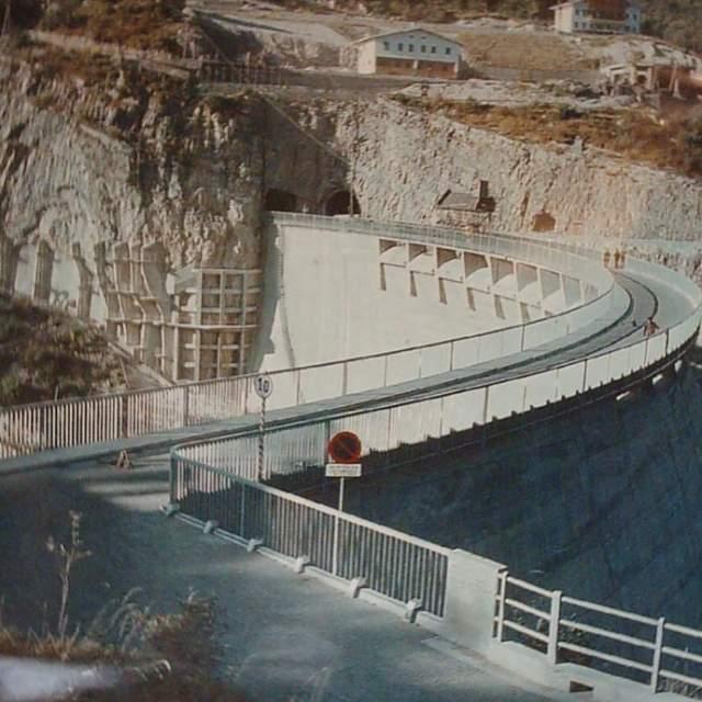 Сооружение плотины началось в 1957 году и, несмотря на масштабы, шло стремительно. Уже в 1959-м основные работы были завершены, началось затопление водохранилища.