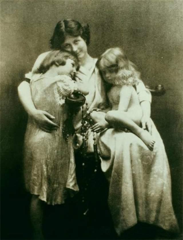 В январе 1913-го танцовщица поехала на гастроли в Россию, где у нее начались виденья. Ей слышался траурный марш или мерещились два детских гроба в снегу. Она успокоилась, лишь когда отвезла детей в Париж.