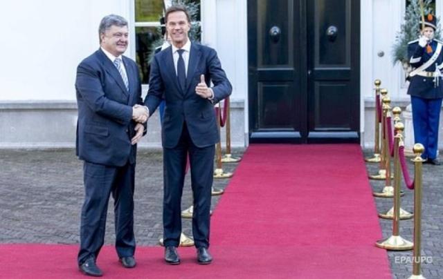 """А вот сам Петр Порошенко во время рабочего визита в Королевство Нидерланды """"порадовал"""" журналистов и пользователей Сети изрядно помятыми брюками."""