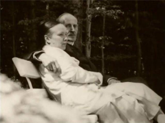 Обретенную в 70 лет супругу, женитьба на которой вызвала столько толков и пересудов, звали Марией Кудашевой. Близкие предпочитали называть ее Майей. Мать Марии была французской гувернанткой по фамилии Кювилье, отец - русским военным, имя которого осталось неизвестным. Воспитывалась во Франции, затем вернулась в Россию.