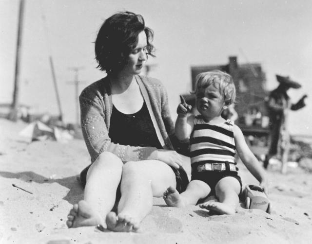 Однако скоро она вышла замуж и отдала Норму Джин в приют. Где она находилась с сентября 1935 года по июнь 1937 года.