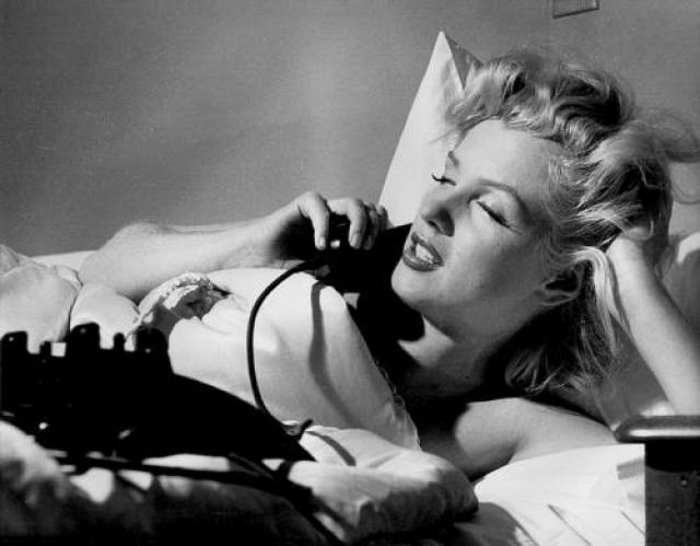 5 августа 1962 года Мэрилин Монро была найдена мертвой в постели в доме 12305 по 5-му проезду Елены в Брентвуде (фешенебельный пригород Лос-Анджелеса). Ее смерть была признана самоубийством в результате передозировки снотворного.