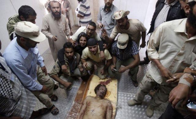 Тела Муаммара Каддафи, его сына и Абу Бакра Юниса Джабера были выставлены на всеобщее обозрение в промышленном холодильнике для овощей в торговом центре в Мисурате.