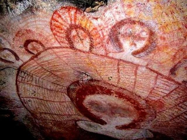 Первыми найденными изображениями загадочных существ были наскальные рисунки на горе Хунань, Китай. Им около 47 000 лет.