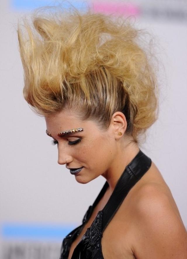 Кеша. Певица известна стремлением эпатировать. Возможно, поэтому она решила выйти на красную ковровую дорожку с подобной конструкцией на голове.