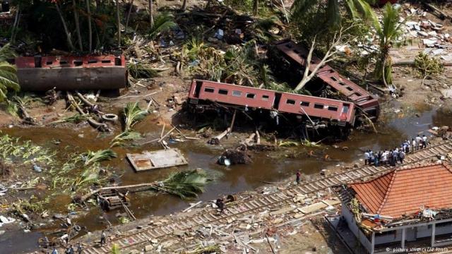 На юго-западном побережье Шри-Ланки волны высотой 7—9 метров уничтожили находящийся близ побережья переполненный пассажирский поезд «Samudra Devi», в результате чего погибли около 1700 человек — крупнейшая железнодорожная катастрофа в мировой истории.