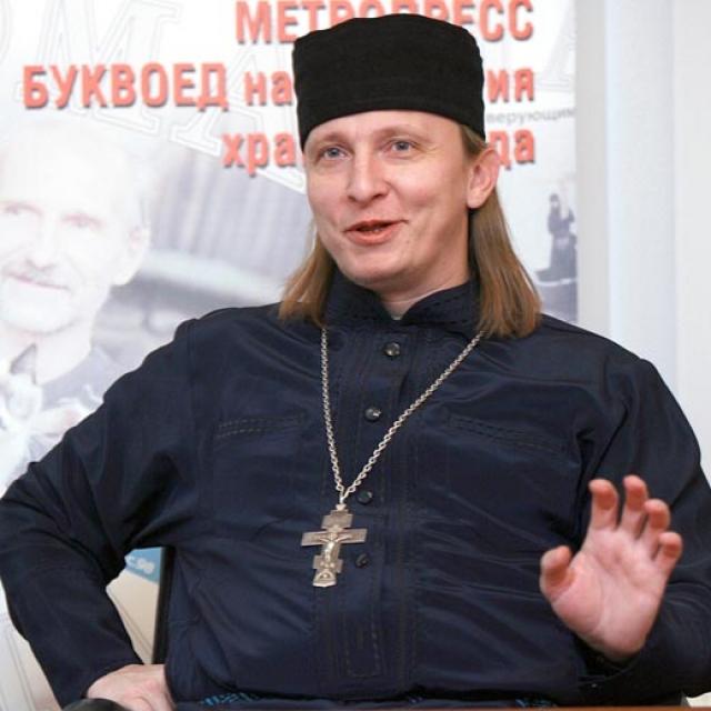 """В начале 2001 года, после выхода """"Даун Хауса"""" с его участием, выяснилось, что Охлобыстин рукоположен в священники. До 2005 года отец Иоанн служил в храме святителя Николая в Заяицком , расположенном на Раушской набережной Москвы-реки."""