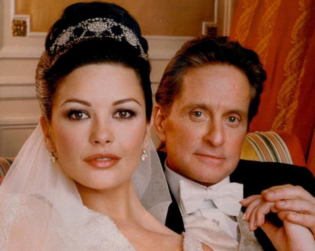 Майкл Дуглас и Кэтрин Зета-Джонс. Пара отмечает день рождения в один день, правда, с разницей в 25 лет. Дугласу было около 60, когда он без ума влюбился в Кэтрин.