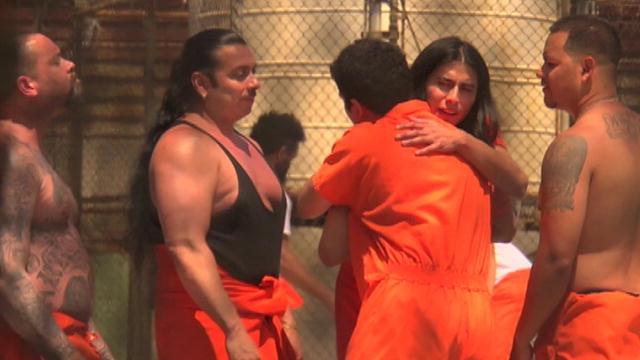 Женщинам не позволяется стать полноправными членами банды, но их часто используют для передачи информации и передачи наркотиков, так как считается, что правоохранительные органы обращают на них меньше внимания.