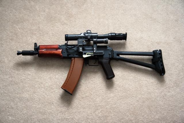 Возле бен Ладена в комнате было два оружия: автомат АКС74У и пистолет Макарова, но, как позже рассказывала его жена Амаль, он был застрелен до того, как мог бы добраться до автомата.