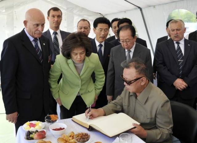 """В 2006 году южнокорейское информагентство сообщило, что в КНДР появилась первая леди: Ким Ок проработала с Кимом больше 20 лет. После смерти Ко Ён Хи она жила с ним в качестве гражданской жены. Ким Ок называют """"Королевой Мин"""" в честь властительницы из династии Чосон, правившую Кореей много лет назад."""