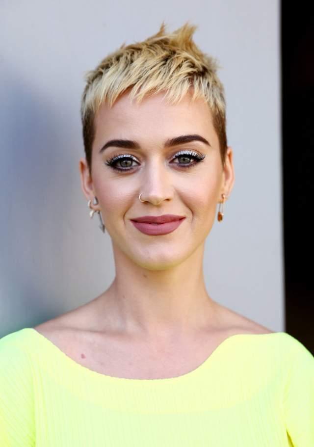 Однажды она осветлила волосы и очень коротко подстриглась.