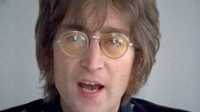 """Джон Леннон. Участник легендарных The Beatles почти всю жизнь не расставался с очками, а в расцвет своей карьеры превратил их в """"фирменный"""" аксессуар, который буквально не отделим от его образа."""