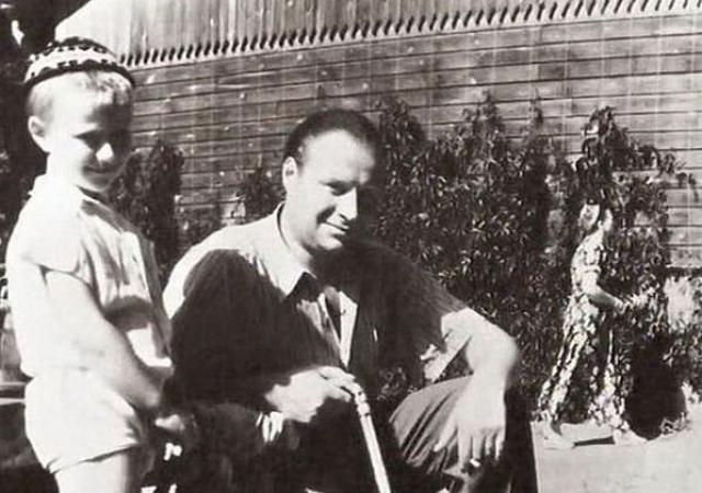 """До 1950 года Андрей носил фамилию отца - Менакер, но как только в стране разразилось так называемое """"дело врачей"""", им посоветовали сменить фамилию мальчика. Так он стал Андреем Мироновым."""