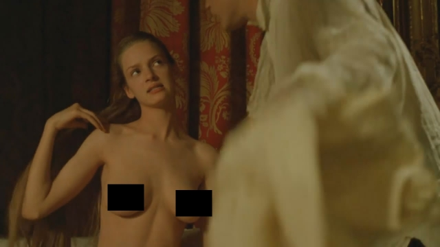 Также в фильме можно увидеть молодую Уму Турман не обремененную одеждой.