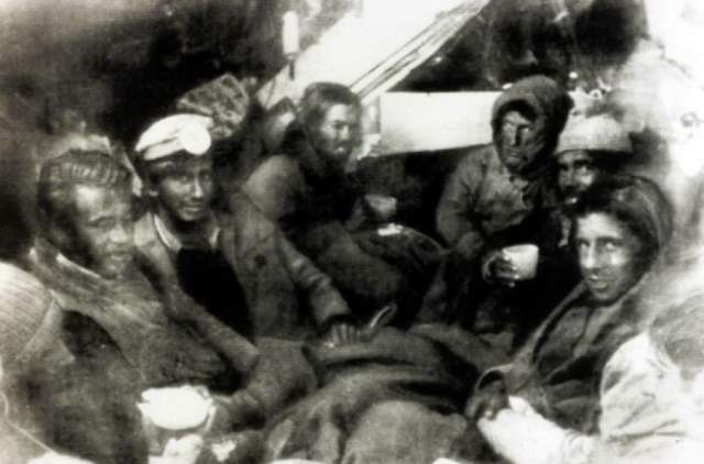 Поисковые операции прекратили на восьмой день, и оставшимся в живых более двух месяцев приходилось бороться за жизнь. Поскольку запасы пищи быстро кончились, питаться им пришлось заледеневшими трупами друзей.