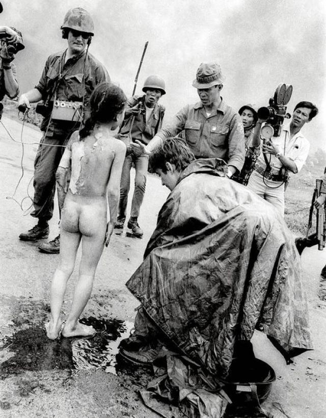 Ник Ут запечатлел момент сразу после атаки - группу детей на фоне клубов дыма, в центре которой выделялась обнаженная девочка (Ким Фук сорвала с себя горящую одежду) с искаженным от боли лицом.