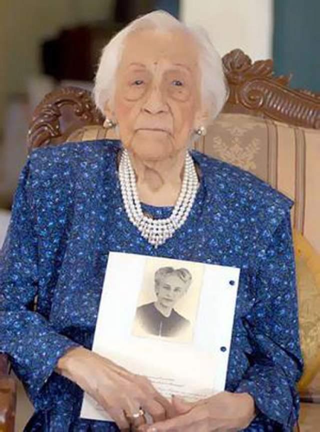 Мария Эстер де Каповилья, 14 сентября 1889 - 27 августа 2006, прожила 116 лет, 347 дней. Женщина родилась в семье полковника, что определяло ее принадлежность к элите Эквадора.