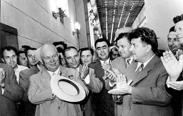 """Если в 1950-е годы Брежнев поддерживал Хрущева, то в 1964 году участвовал в заговоре против него и сменил его на посту руководителя государства. """"Хрущев развенчал культ Сталина после его смерти, а мы развенчали культ Хрущева при его жизни"""", - сказал впоследствии Брежнев."""