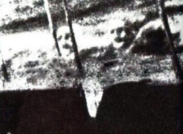 """В 1924 году Джеймс Кортни и Майкл Михан, два члена экипажа парохода """"Watertown"""", случайно погибли вследствие выброса пара. Они были похоронены в море у побережья Мексики. На следующий день экипаж сфотографировал их """"лица"""", появляющиеся и исчезающие в воде."""