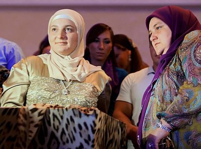 Медни Кадырова (Айдамирова). Жена Рамзана Кадырова, президента Чеченской Республики. Медни Кадырова ни разу не попадала в объективы камер журналистов в невыгодном свете. С недавнего времени жена Кадырова прославилась еще и как покровительница чеченской моды.