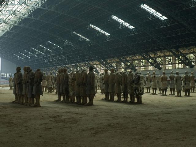 Армия глиняных воинов покоится в боевом построении в параллельных склепах в 1,5 км на восток от гробницы императора.