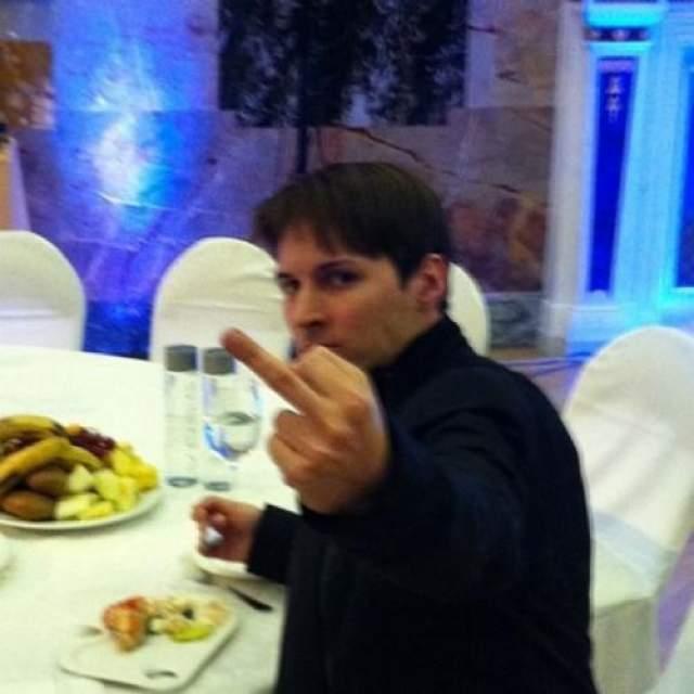 """Когда он вел """"корпоративную войну"""" с крупным акционером """"Вконтакте"""" Mail.ru Group, который пытался поглотить соцсеть, купив 100% ее акций, и объединить сайт с """"Одноклассниками"""", Дуров в ответ назвал Mail.ru """"трэш-холдингом"""", показал им средний палец и убедил сооснователей """"Вконтакте"""". не продавать свои акции."""