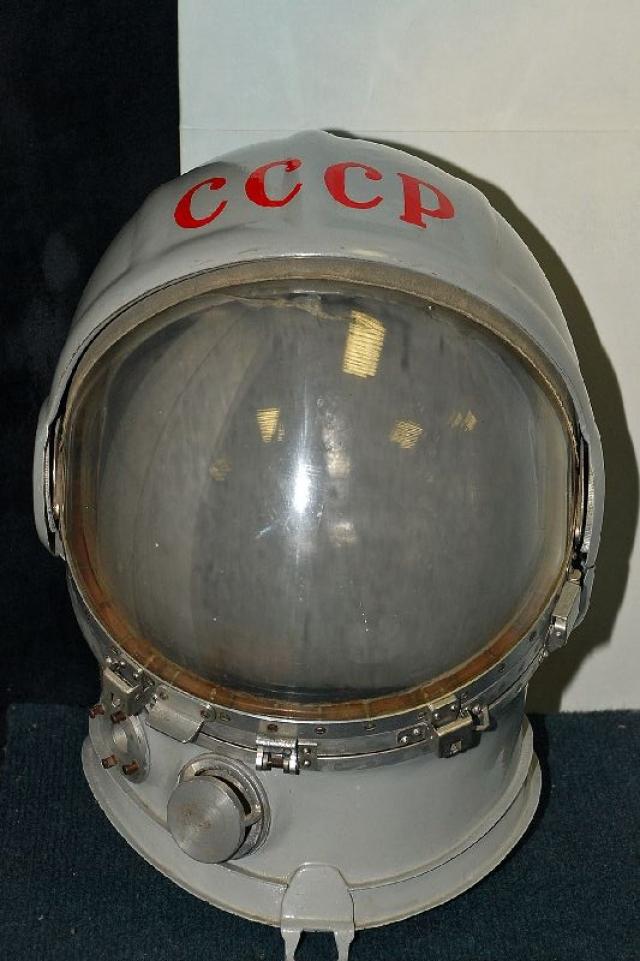 """В то же время ветераны предприятия """"Звезда"""", которое производит скафандры для космонавтов, утверждают, что надпись была нанесена еще во время подготовки скафандра к полету, заблаговременно."""