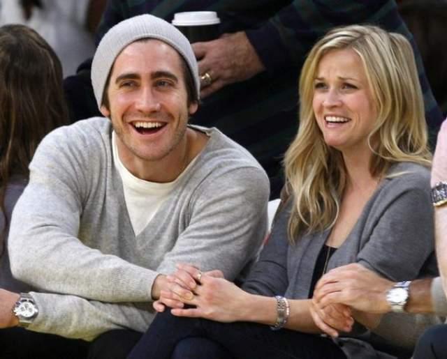 Голливудский актер встречался с Риз Уизерспун, но в ноябре 2009 года они расстались. Джейк так сильно переживал из-за разрыва с бывшей возлюбленной, что даже на перестал на какое-то время сниматься в кино и театре. Затем были короткие романы с Натали Портман и Тейлор Свифт.