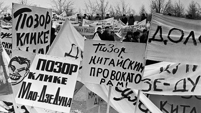 7 марта уже посольство КНР в Москве подверглось пикетированию. Демонстранты также закидали здание пузырьками с чернилами.